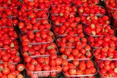 Envases con la fresa en un contador Fotos de archivo