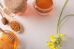 Envases con la opinión superior de la abeja de la miel y del polen Imágenes de archivo libres de regalías