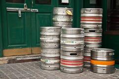 envases de aluminio de la cerveza imagenes de archivo