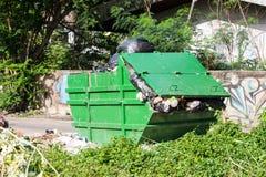 Envases de basura Fotos de archivo libres de regalías