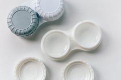 Envases de la lente de contacto en blanco imagenes de archivo