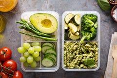 Envases de la preparación de la comida del vegano con las pastas y las verduras imagen de archivo libre de regalías
