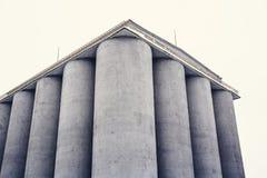 Envases de los tanques de almacenamiento de los silos, elevadores de grano de los silos fotos de archivo