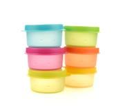 Envases de plástico para la comida con entornado de la tapa aislada en el colo blanco imagen de archivo