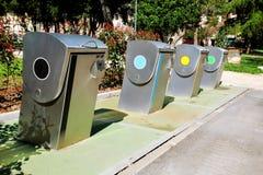 Envases de reciclaje modernos en la calle de la ciudad Fotos de archivo libres de regalías