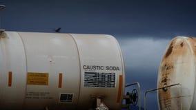 Envases del tren que van más allá en día tempestuoso almacen de metraje de vídeo