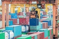 Envases en el puerto para las importaciones/exportaciones Fotografía de archivo libre de regalías