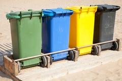 Envases en fila para la recolección de basura separada Imagen de archivo libre de regalías