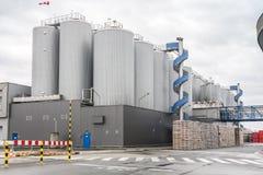 Envases enormes, industriales con la cerveza Fotos de archivo libres de regalías