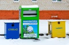 Envases multicolores para la colección separada de basura en la calle de la ciudad Imagenes de archivo