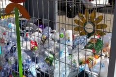 Envases para la colección de envases de plástico para procesar en las calles de Tel Aviv Imágenes de archivo libres de regalías