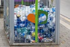 Envases para la colección de envases de plástico para procesar en las calles de Tel Aviv Imagen de archivo libre de regalías