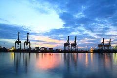 Envases que cargan en el acceso de comercio del mar Fotografía de archivo libre de regalías