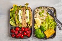 Envases sanos de la preparación de la comida con el bocadillo del queso Feta con las frutas, azufaifas Fotografía de archivo libre de regalías