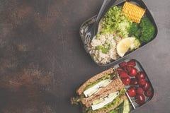 Envases sanos de la preparación de la comida con el bocadillo del queso Feta con las frutas, azufaifas Imagenes de archivo