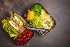 Envases sanos de la preparación de la comida con el bocadillo del queso Feta con las frutas, azufaifas Fotografía de archivo