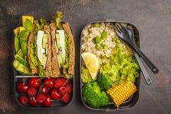 Envases sanos de la preparación de la comida con el bocadillo del queso Feta con las frutas, azufaifas Foto de archivo libre de regalías