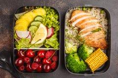 Envases sanos de la preparación de la comida con el pollo asado a la parrilla con las frutas, b Imagen de archivo