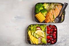 Envases sanos de la preparación de la comida con el pollo asado a la parrilla con las frutas, b Imagenes de archivo