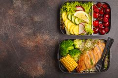 Envases sanos de la preparación de la comida con el pollo asado a la parrilla con las frutas, b Fotografía de archivo libre de regalías