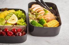 Envases sanos de la preparación de la comida con el pollo asado a la parrilla con las frutas, b Imagen de archivo libre de regalías