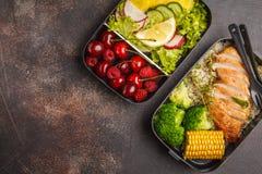 Envases sanos de la preparación de la comida con el pollo asado a la parrilla con las frutas, b Fotos de archivo libres de regalías