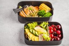 Envases sanos de la preparación de la comida con el pollo asado a la parrilla con las frutas, b Foto de archivo libre de regalías