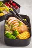 Envases sanos de la preparación de la comida con el pollo asado a la parrilla con las frutas, b Fotografía de archivo