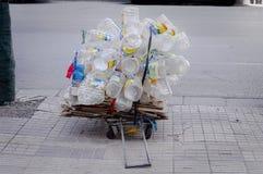 Envases vacíos del agua del plastc en la calle Foto de archivo