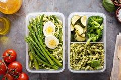 Envases vegetarianos de la preparación de la comida con las pastas y las verduras fotografía de archivo libre de regalías