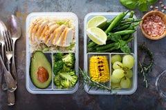 Envases verdes sanos de la preparación de la comida con arroz y verduras foto de archivo