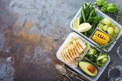 Envases verdes sanos de la preparación de la comida con arroz y verduras fotos de archivo libres de regalías