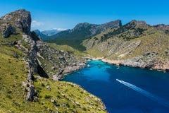 Envíe la navegación a la bahía en el casquillo Formentor Mallorca Imagen de archivo libre de regalías