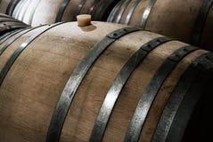 Envejecimiento del vino en barriles del roble Fotos de archivo libres de regalías