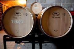 Envejecimiento del vino en nuevos barriles del roble Foto de archivo libre de regalías