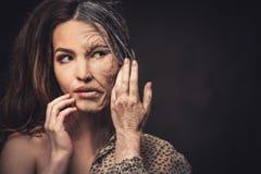 Envelhecimento, conceito dos cuidados com a pele Meia meia jovem mulher idosa fotografia de stock royalty free