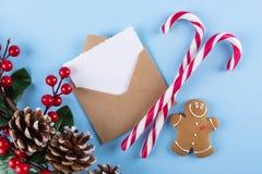Envelop, document kaart en decoratie op de blauwe mening van de lijstbovenkant Kerstmismodel voor groet Vlak leg Vrolijke Chraist royalty-vrije stock foto