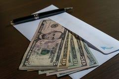 Envelop en alle Amerikaanse dollarbankbiljetten Stock Foto's