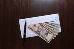Envelop en alle Amerikaanse dollarbankbiljetten Royalty-vrije Stock Afbeeldingen