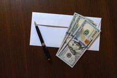 Envelop en 100 Amerikaanse dollarsbankbiljetten Stock Fotografie