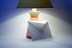 Envelop en lamp Royalty-vrije Stock Fotografie