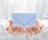 Envelop in handen royalty-vrije stock foto's