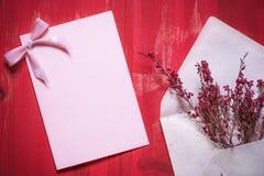 Envelop met bloemen en een lege berichtkaart Royalty-vrije Stock Foto's
