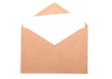 Envelop met een brief op witte achtergrond met clippin wordt geïsoleerd die Stock Afbeelding