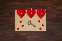 Envelop met harten en een sleutel op een houten achtergrond, het concept de Dag van Valentine ` s, hoogste mening Stock Fotografie
