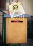 Envelop met het e-mailteken dalen in brievenbus Stock Foto's