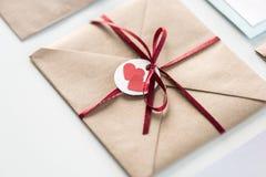 Envelop met markering met twee die harten en lint op wit wordt geïsoleerd Royalty-vrije Stock Foto's