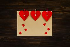 Envelop met rode harten op een houten achtergrond, concept feestelijke groet, ruimte voor tekst Stock Fotografie