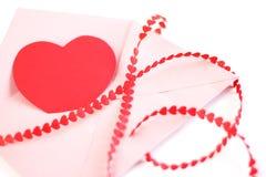 Envelop met rood hartenlint Stock Foto