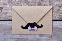 Envelop met snor op hout royalty-vrije stock foto's